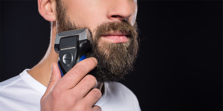 homme taillant sa barbe